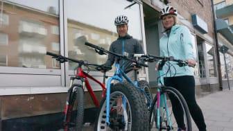 Eric Schlemme och Susanne Törnlind öppnar Ouroboros nästa vecka. Här är de utanför butiken på Kungsgatan 15 med sina nyinkomna trailbike, Fatbike Ice cream truck och racer/landsvägscykel.