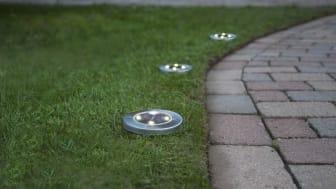 Lampene settes enkelt ned i gressmatten med spydet på undersiden.