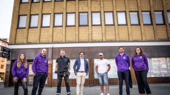 Här skapas ett antirasistiskt center. Representanter för organisationen Helamalmö och Stena Fastigheter utanför fastigheten på Bergsgatan i Malmö. Snart startar Helamalmö och Malmös kommunala ordningsvakter sitt arbete på Möllevångstorget.