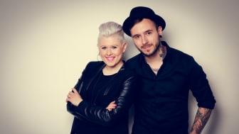 """Live und unplugged: Das Duo """"Twogether Music"""" spielt beim Hephata-Weihnachtsmarkt auf dem Lindenplatz."""