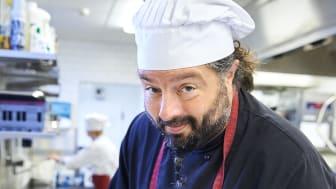 Ivan Henriksen i restaurangköket på Lövängsskolan.