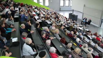 Die mehr als 300 Teilnehmerinnen und Teilnehmer begrüßten im Audimax den Ministerpräsidenten des Landes Brandenburg, Dr. Dietmar Woidke.