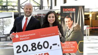 Ralf Fleischer, Vorstandsvorsitzender der Stadtsparkasse München, übergab den Spendenscheck in Höhe von 20.860 Euro zur Registrierungsaktion für eine akut an Blutkrebs erkrankte Mitarbeiterin an Miriam Hernandez Blazquez von der DKMS.