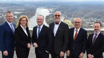 apoBank-Vorstand Holger Wessling (links) und Volker Mauß (3. v. l.) mit den Referenten (v. l.) Dr. Andrea Mutschall, Heribert Karch, Dr. Hanno Kühn und Frank Dornseifer; Foto: apoBank