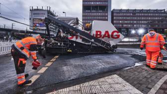 ClAir® Asphalt-Pilotprojekt in Köln: Ein Team des STRABAG-Bereichs Rheinland hat den schadstoffmindernden Asphalt auf der Justinianstraße, nahe der Lanxess-Arena, in Köln-Deutz eingebaut. copyright: TPA GmbH / Christian Ahrens