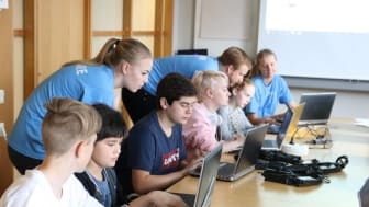 Capgemini ska stödja Hello World! med att träna barn och ungdommar i kodning och programmering