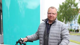 Ralf Niermann nimmt für den TuS Bellersen das Klapp E-Bike entgegen.