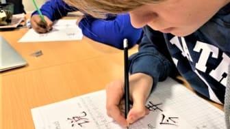 Elever fra 6. d skriver kinesiske tegn