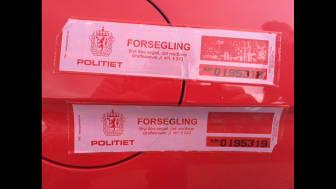 Knut og Henrik satte verdensrekord med sportsbilikonet Ford Mustang. Her ved Polarsirkelen før avreise hvor politiet forsegler drivstofftanken