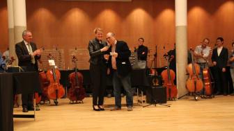 v.l.n.r. : Dr. Lothar Stöckbauer (Vorstandsmitglied SINFONIMA-Stiftung), Susanne Leuthner (Leiterin SINFONIMA) und Dr. Andy Lim (Darling Publications)