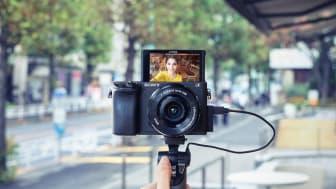 Сенсорный ЖК экран с поворотом на 180 градусов и множество других функций, что делает эту камеру превосходным инструментом для фотографов любого уровня от профессионалов до ведущих повседневную съемку влоггеров.