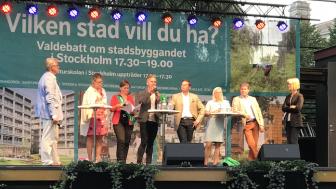 Ledamöter från Stockholms stadsbyggnadsnämnd, från vänster: Jan Valeskog (S), Maria Hannäs (V), Cecilia Obermüller (MP), Erik Slottner (KD), Joakim Larsson (M), Karin Ernlund (C), Björn Ljung (L) samt moderator Elisabet Andersson