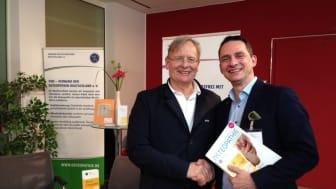 Der Arzt und Autor Prof. Dr. med. Dietrich Grönemeyer (l.) kam am Sonntag zum Osteopathie-Stand des VOD auf der Ruhr Medicinale in Essen. Foto: Klöpfel