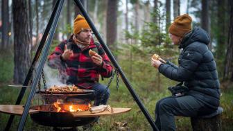 Att ha möten utomhus kring lägerelden har blivit ett sätt att skapa nya affärsmöjligheter för flera konferensanläggningar.