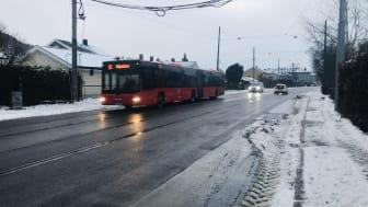 Buss kjører i Grefsenveien i retning Kjelsås.