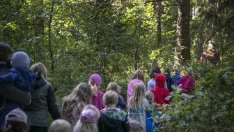 Många barn ville få en skymt av Billingetrollet under den populära sagostunden. Foto: Tobias Andersson/Next Skövde