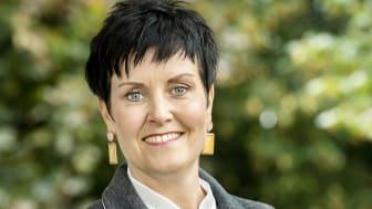 Malin Aronsson (stående)