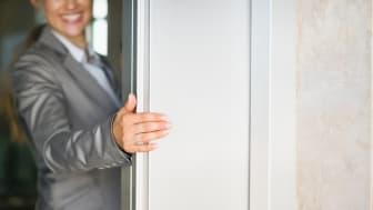 Hissdörrar är bara en av många inomhusytor som kan skyddas med det nya Interpon D AM-sortimentet av arkitektoniska pulverlacker.