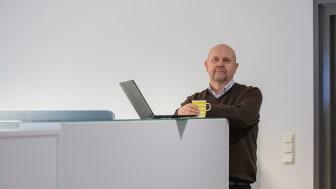 Heikki Heikkilä työskentelee pääosin Vaasan virastotalossa, jossa fyysinen työyhteisö koostuu eri virastojen työntekijöistä. Kuva: Jukka Vähälummukka/Presser Oy