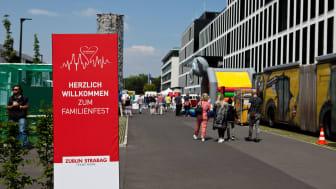 Mehr als 1.200 Beschäftigte und deren Angehörige, jung und alt, besuchten am Samstag das Familienfest zur Einweihung der neuen Unternehmenszentrale der STRABAG AG in Köln-Deutz.  copyright: Sarah Schovenberg / STRABAG AG