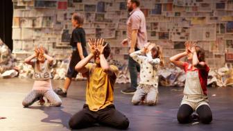 Men & Girls Dance, Fevered Sleep. Pressbild 1