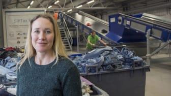 Anläggningen använder visuell och nära-infraröd spektroskopi för att sortera textilier utifrån olika textilfibrer, berättar Maria Elander på IVL Svenska Miljöinstitutet. Foto: Anette Andersson/IVL