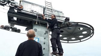 Øystein Skomedal og Lars Björk fra Kiwa inspiserer skiheis ved Vrådal Panorama Skisenter ved hjelp av magnetinduktiv prøving.