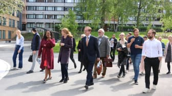 Oslos varaordfører Kamzy Gunaratnam (nr 3 fra venstre) og politisk rådgiver Kjartan Almenning fra Kunnskapsdepartementet (nr 5 fra venstre) deltok på åpningen av nye uteområder på Kringsjå Studentby