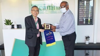 Prof Ewe (left) presenting a token of appreciation to Camfil Vice President Supply Chain (APAC & ME) Karunagaran Krishnan during his visit to Camfil
