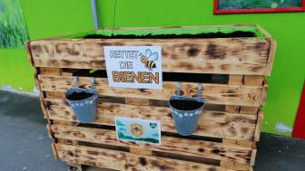 Das selbstgebaute Hochbeet für Insekten vor dem Fressnapf-Markt in Neustadt b. Coburg - Foto: privat