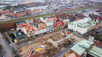 Arbetet på Stora torg pågår för fullt. Välkommen till kommunens nya lokal i Hotell Stensson, den stora vita byggnaden med grönt tak, för att få en överblick över ombyggnaden.