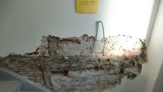 Ekte hussopp i innmurt trekonstruksjon skjult bak murpuss.