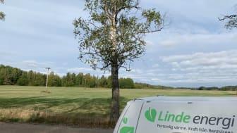 Linde energi-bil framför ett av de gärden där luftledning ersätts med jordkabel. Foto: Linde energi.