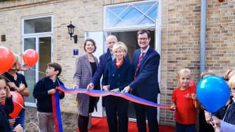 Ingeborg Prinzessin zu Schleswig-Holstein eröffnet gemeinsam mit der Leiterin der Grundschule, Claudia Hoeschen, Architekt Gregor Sunder-Plassmann (2 v.l.) und dem Leiter der Stiftung Louisenlund, Dr. Peter Rösner, das neue Grundschulgebäude ein.