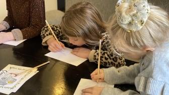 Elever fra Kolding Realskole skriver julekort
