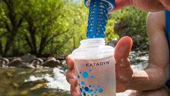 Vattenflaskan filtrerar och renar vatten från vattendrag eller kranen.
