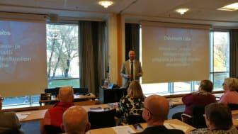 OYS TestLabin testaustoiminnan päällikkö Timo Alalääkkölä esitteli seminaarissa testilaboratorion toimintaa. Kuva Katja Hohtari.