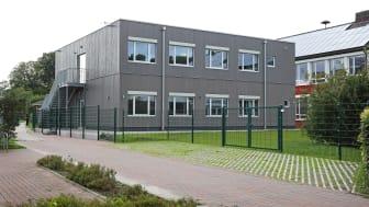 Perfekter Dialog zwischen Bestand und Neubau: Das Algeco-Modulgebäude überzeugt mit seiner ästhetischen Architektur auf dem Campus der Gesamtschule.