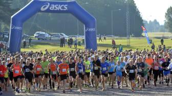 Starten av den 25:e Vasastafetten, löparstafett för tiomannalag mellan Sälen och Mora 2015-08-22