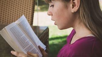 Läs fem böcker under sommarlovet så får du en bok i present av biblioteket.