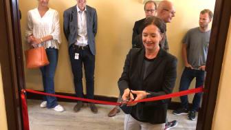 Bydelsutvalgsleder i Bydel St. Hanshaugen, Anne Christine Kroepelien, klippet snoren og erklærte bygget for åpnet. Foto: Boligbygg