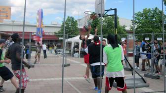 Summer Jam 2016 med både fotboll och basket på Bäckby torg inleder sommarlovet.