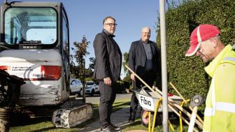 Telenors administrerende direktør, Lars Thomsen (tv), og netdirektør i Fibia, Steen Nielsen (i midten), besøger et Fibia-anlægsarbejde på Sjælland.