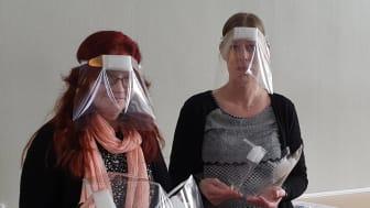Hjördis Nilsson och Magdalena Öström har tillverkat engångsvisir till Hälsocentralen I Övertorneå