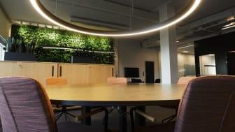Den runda armaturen är speciellt framtagen för att harmonisera med storleken på det runda konferensbordet.