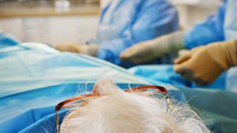 Ingrepp med hjälp av en kateter som förs in i handleden och når hjärtat via artärerna - ett exempel på ny metod som är både skonsammare och enklare.