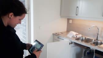 Rørlegger Oda Marie Holmen fra VB J & A Rosenlund AS på Åmot dokumenterer med bilder at arbeidet i kjøkkenbenken er utført i henhold til sjekkliste i VB Smart.