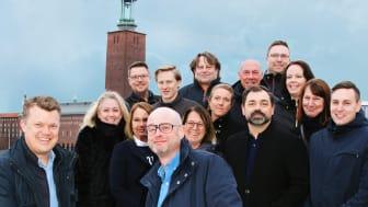 Bosse Bäckdén th (Regionchef Nordost KAM) tackar Magnus Pettersson tv (Försäljningschef) för förtroendet. Säljkåren i bakgrunden.