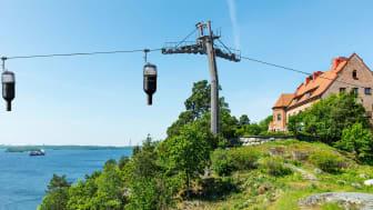 """Med Högberga Vinbana går färden mellan Nacka och Högberga Gård 70 m.ö.h. Varje """"vinflaska"""" rymmer upp till sex personer."""