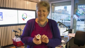 Statsminister Erna Solberg lager julepynt hos P4 Radio hele Norge